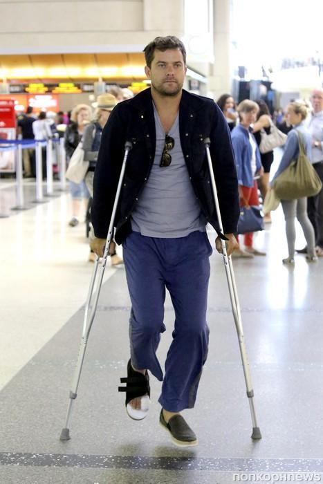 Джошуа Джексон прибыл в аэропорт в компании Дианы Крюгер, несмотря на травму ноги