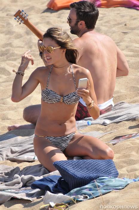 Алессандра Амбросио на пляже со своим возлюбленным