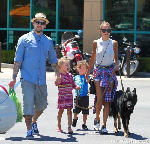 Николь Ричи на шоппинге с мужем и детьми