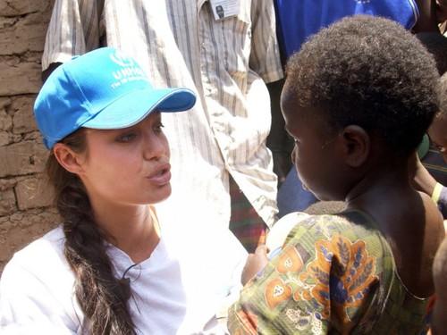 Анджелина Джоли в Кении 2002 год