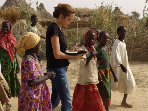 Анджелина Джоли в Судане 2004 год
