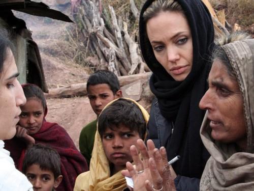 Анджелина Джоли в Пакистане 2005 год
