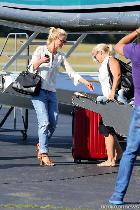 Камерон Диаз помогла пассажирам частного самолета с багажом