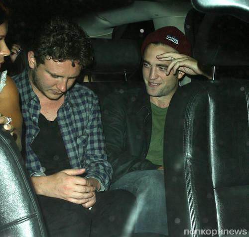 Роберт Паттинсон покидает ночной клуб в компании друзей
