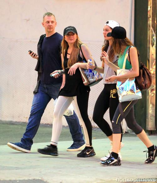 Линдси Лохан гуляет с сестрой и друзьями