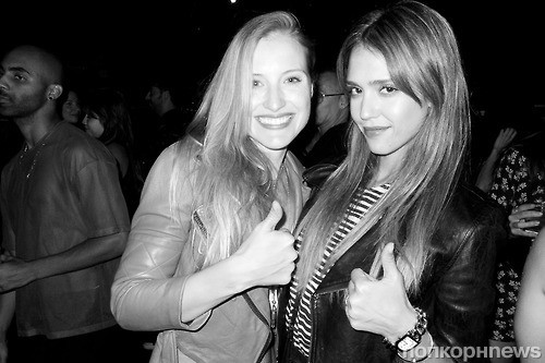 Джессика Альба с подругой