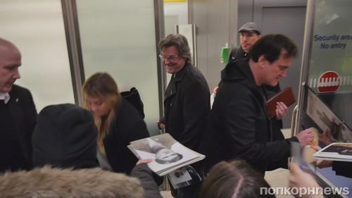 Квентин Тарантино раздает автографы в аэропорту Берлина
