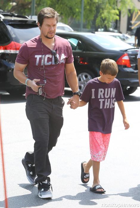 Марк Уолберг с сыном направляются на ярмарку
