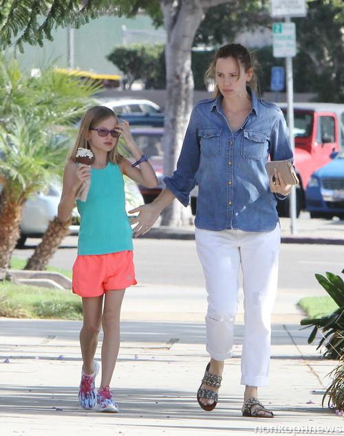 Дженнифер Гарнер и ее дочки отправляются за мороженым
