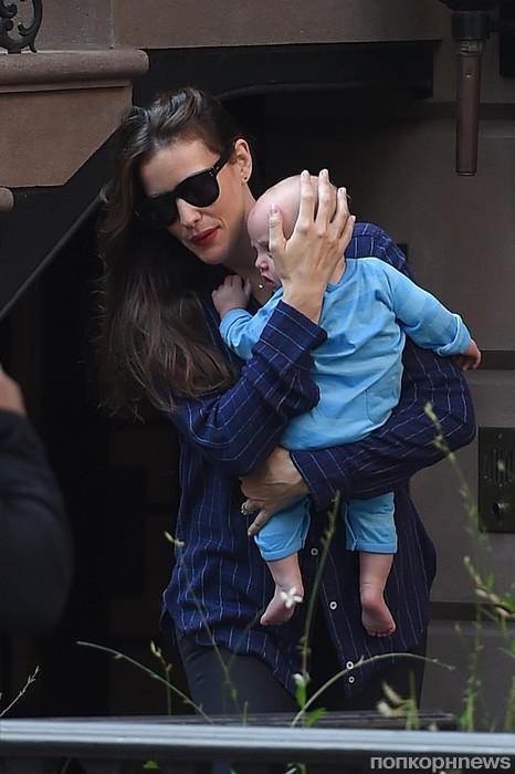 Лив Тайлер с маленьким сыном покидает свою квартиру в Нью-Йорке