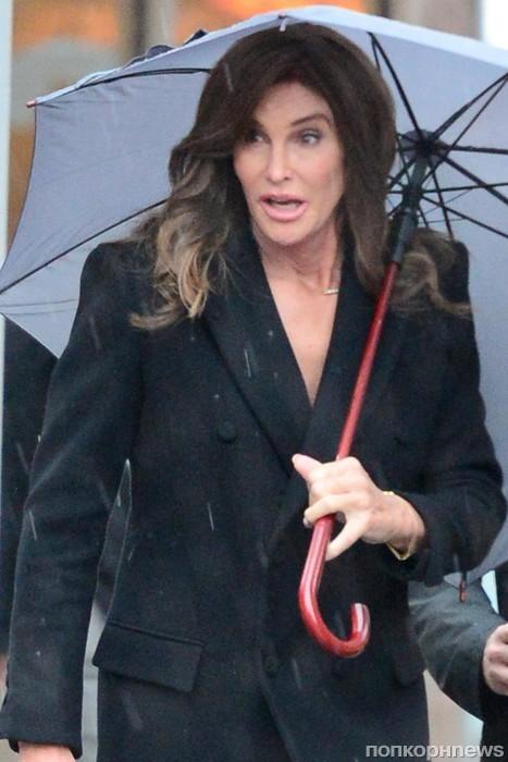 Кейтлин Дженнер попала под дождь в Нью-Йорке