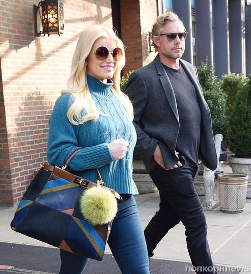 Джессика Симпсон с мужем покидает отель в Нью-Йорке