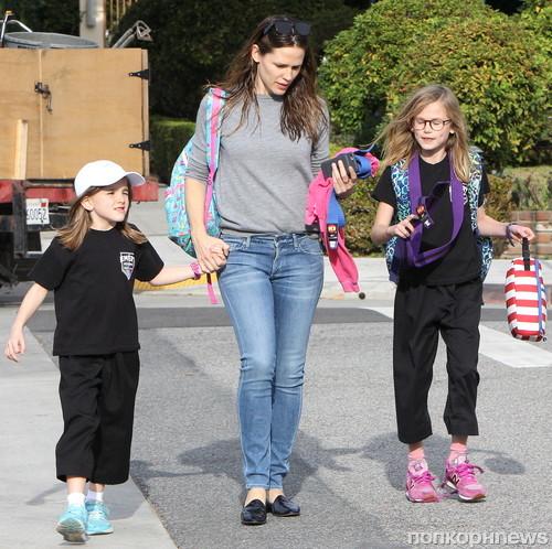 Дженнифер Гарнер встречает детей из школы