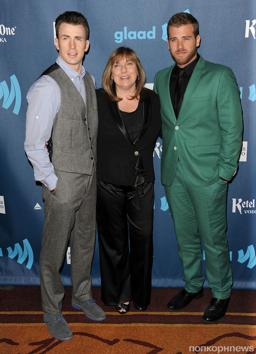 Крис Пайн с мамой и братом
