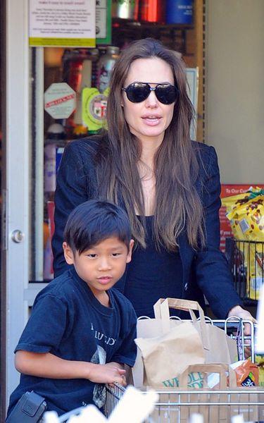 Анджелина Джоли и Пакс в магазине