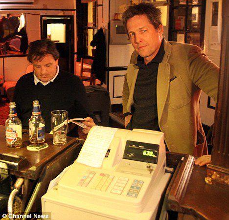 Хью Грант не заплатил за пиво в баре