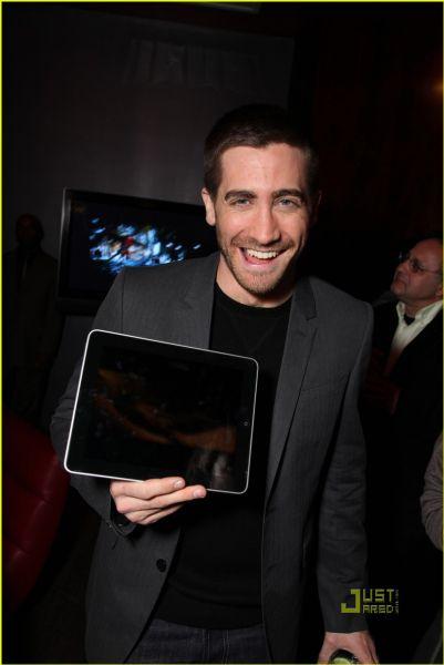 Джейк Джилленхол продвигает новый продукт Apple iPad на WonderCon 2010