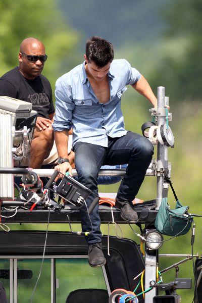 Тэйлор Лотнер на съемках фильма «Похищение». 14 июля