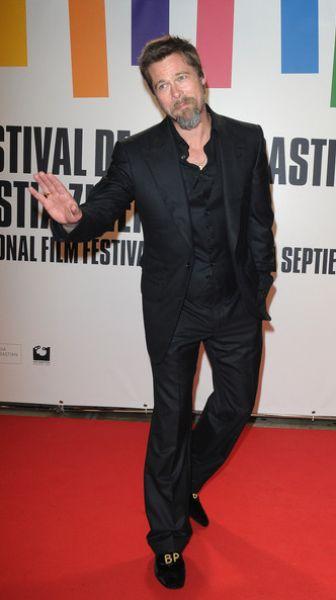 Брэд Питт и его именные ботинки на фестивале в Сан-Себастьян