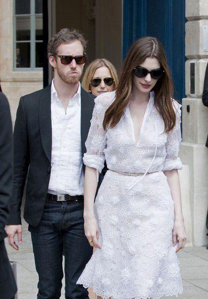 Энн Хэтэуэй на показе Valentino на Неделе моды в Париже