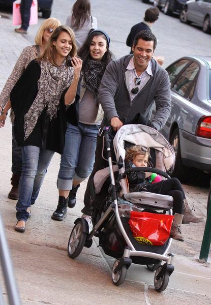 Джессика Альба с семьей в Нью-Йорке