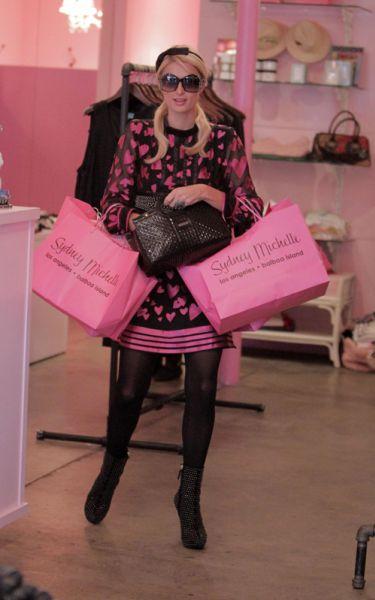 Пэрис Хилтон в платье с сердечками ходит по магазинам. 23 февраля