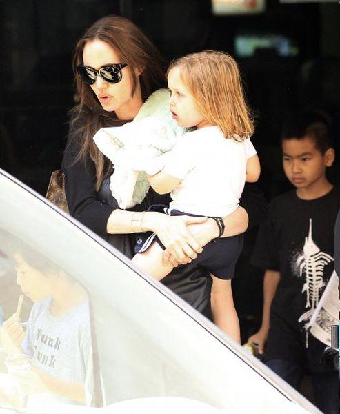 Анджелина Джоли с детьми посетила боулинг