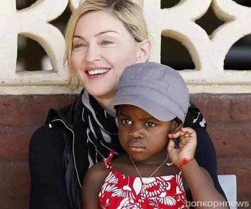 Мадонна растит будущих модниц из удочеренных сестер-близняшек