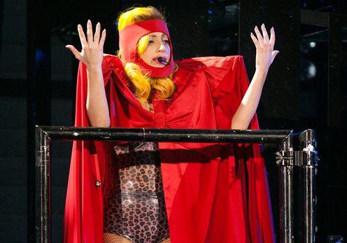 Эпатажная Lady GaGa на концерте в Роттердаме