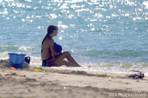 Натали Портман с семьей на пляже