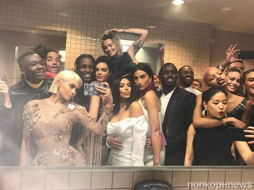 Кайли Дженнер нарушила запрет на селфи на Met Gala 2017 эпичным групповым фото