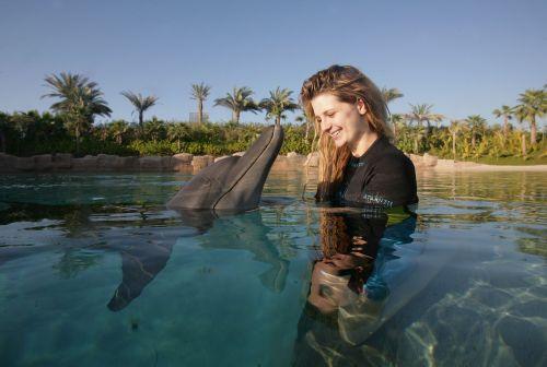 Миша Бартон целуется с дельфинами