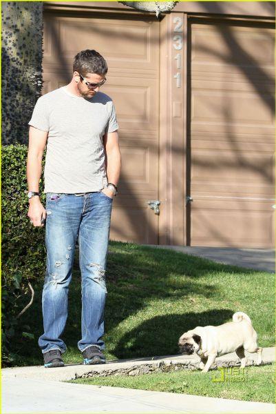 Джерард Батлер гуляет со своей любимой дамой