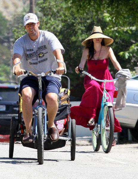 Адам Сэндлер с семьей на велопрогулке в Малибу