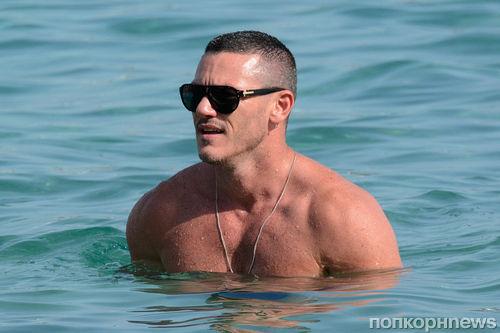 Люк Эванс отдыхает на пляже в Греции