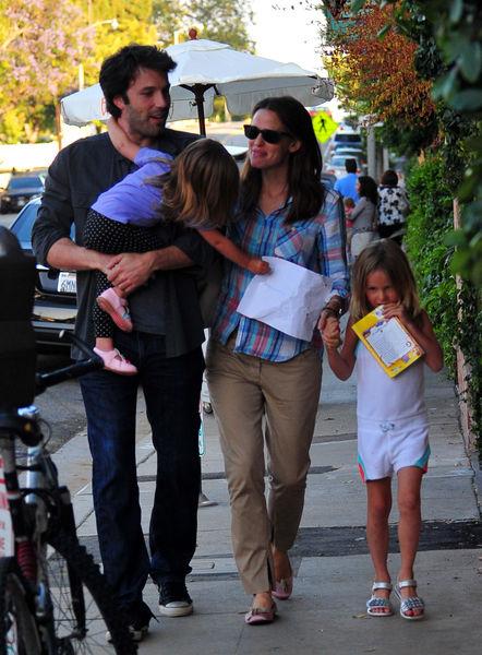Бен Аффлек и Дженнифер Гарнер с детьми в Брентвуде
