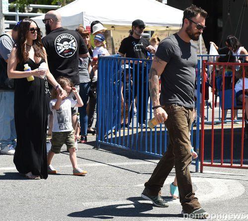 Меган Фокс и Брайан Остин Грин с сыновьями на воскресной ярмарке