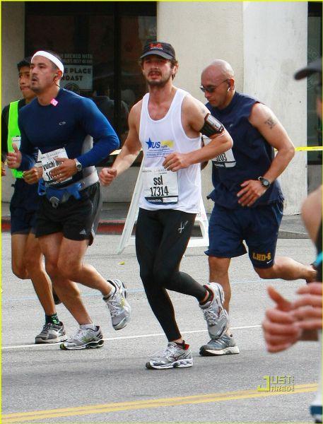 Шайа ЛаБаф пробежал лос-анджелесский марафон