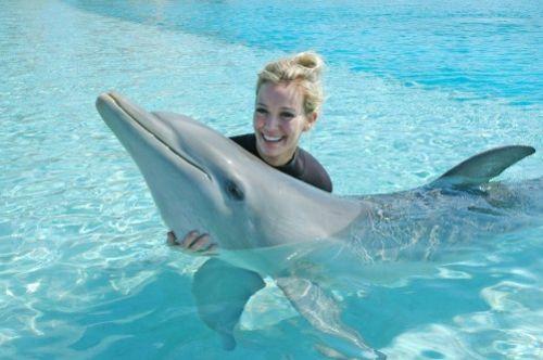 Хилари Дафф плавает с дельфинами