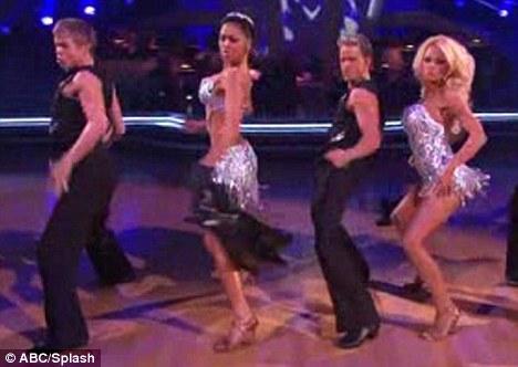 Памела Андерсон и Николь Шерзингер танцуют ча-ча-ча