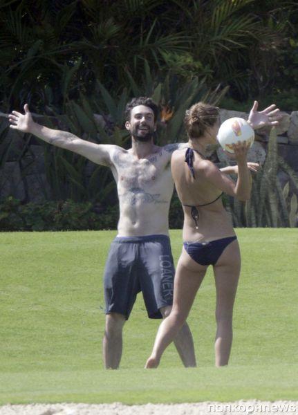 Адам Левин и его новая девушка отдыхают на природе