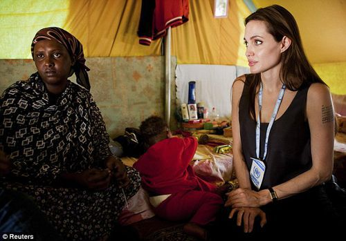 Анджелину Джоли чуть не затоптала толпа беженцев