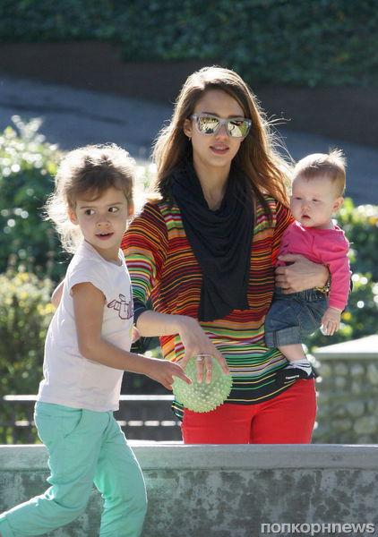 Джессика Альба с дочерьми в Беверли-Хиллз