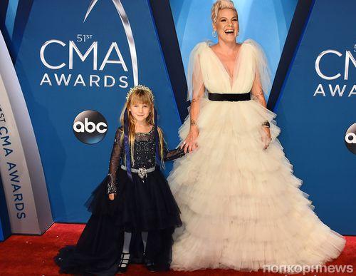 Пинк и ее 8-летняя дочь вышли на красную дорожку Country Music Association Awards