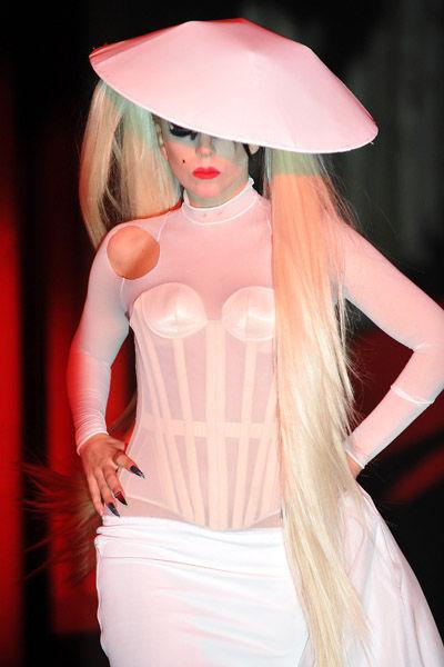 Lady Gaga на показе Mugler в качестве модели