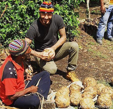 Дэвид Бекхэм организовал футбольный матч в джунглях