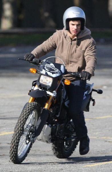 Тэлор Лотнер учится ездить на мотоцикле