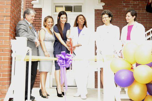 Сандра Буллок на открытии новой клиники в Новом Орлеане