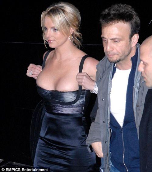 Почему Бритни Спирс не любит свою грудь?