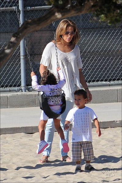 Дженнифер Лопес и Марк Энтони с детьми на площадке